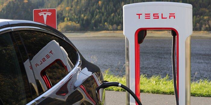 Tesla Cargando En Un Supercharger