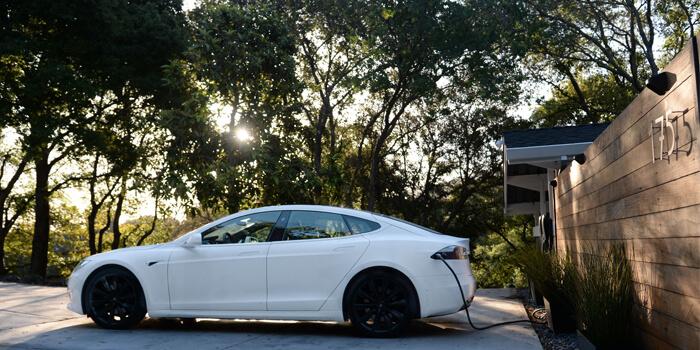 Tesla Model S Cargando En Una Casa Mediante Destination Charger